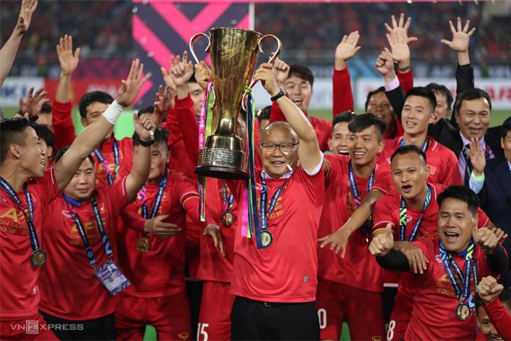 Các cầu thủ Việt Nam và HLV Park Hang-seo nâng Cup vô địch AFF Cup 2018 trên sân Mỹ Đình. Ảnh: Đức Đồng.
