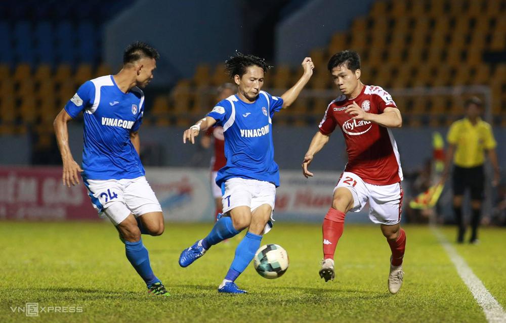 Quảng Ninh (áo xanh) đứng trước sự xáo trộn lớn sau một mùa giải khá ổn định ở V-League. Ảnh: Lâm Thỏa.