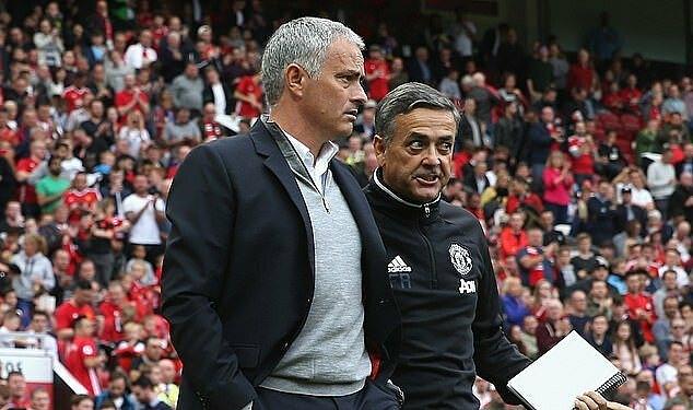 Formosinho (phải) ngày làm phó tướng cho Mourinho ở Old Trafford. Ảnh: MUFC.