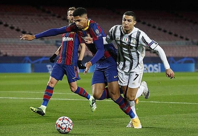 Tình huống Araujo dùng tay lẫn chân truy cản Ronaldo (số 7), dẫn tới phạt đền. Ảnh: Reuters