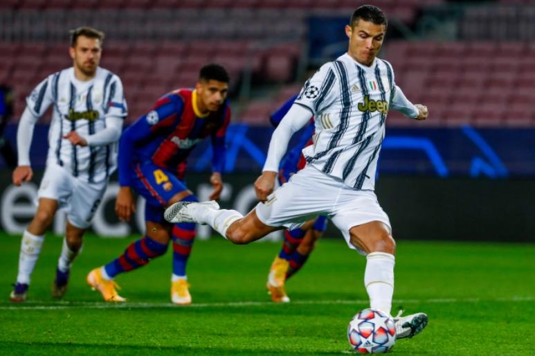 Ronaldo (phải) ghi 14 bàn trong 13 trận gần nhất ở Camp Nou. Ảnh: AP
