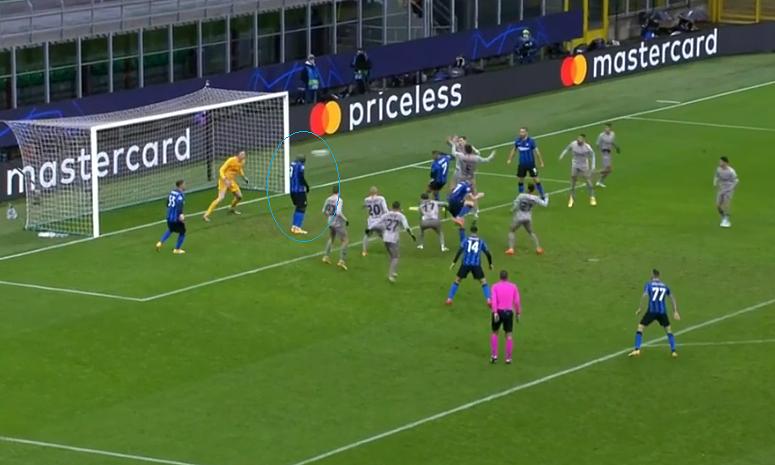 Lukaku đứng chôn chân phá bóng từ cú đánh đầu của Sanchez. Ảnh chụp màn hình
