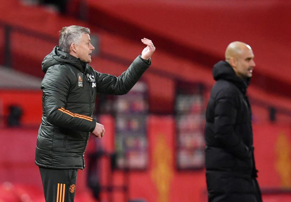 Solskjaer hò hét thúc giục cầu thủ tập trung trong trận derby với Man City trên sân Old Trafford hôm 12/12. Ảnh: Reuters