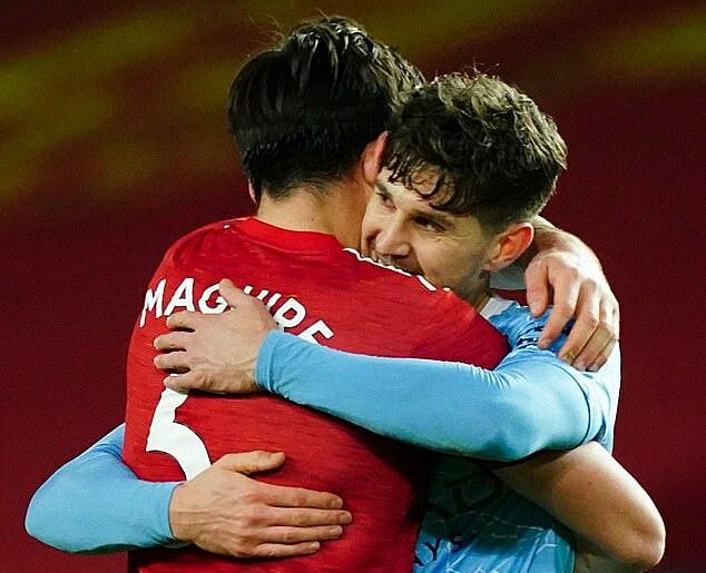Keane nổi giận khi thấy cầu thủ Man Utd (áo đỏ) và Man City ôm nhau sau trận. Ảnh: BPI
