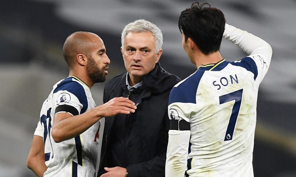 Mourinho cùng các học trò chia vui sau trận derby London thắng Arsenal 2-0 tuần trước. Ảnh: Reuters