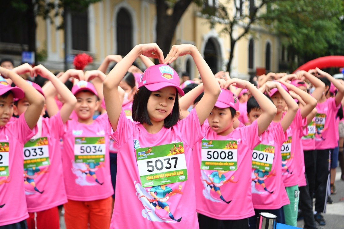 500 children dressed in T-shirts and pink caps, attached with cartoon characters to warm up, warmed their bodies before conquering Kun Marathon Hanoi 2020 on November 28.  Photo: Giang Huy.