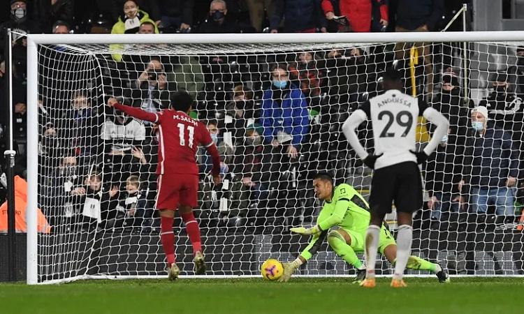 Salah đá không hiểm nhưng đủ căng để ghi bàn trên chấm phạt đền. Ảnh: Reuters.