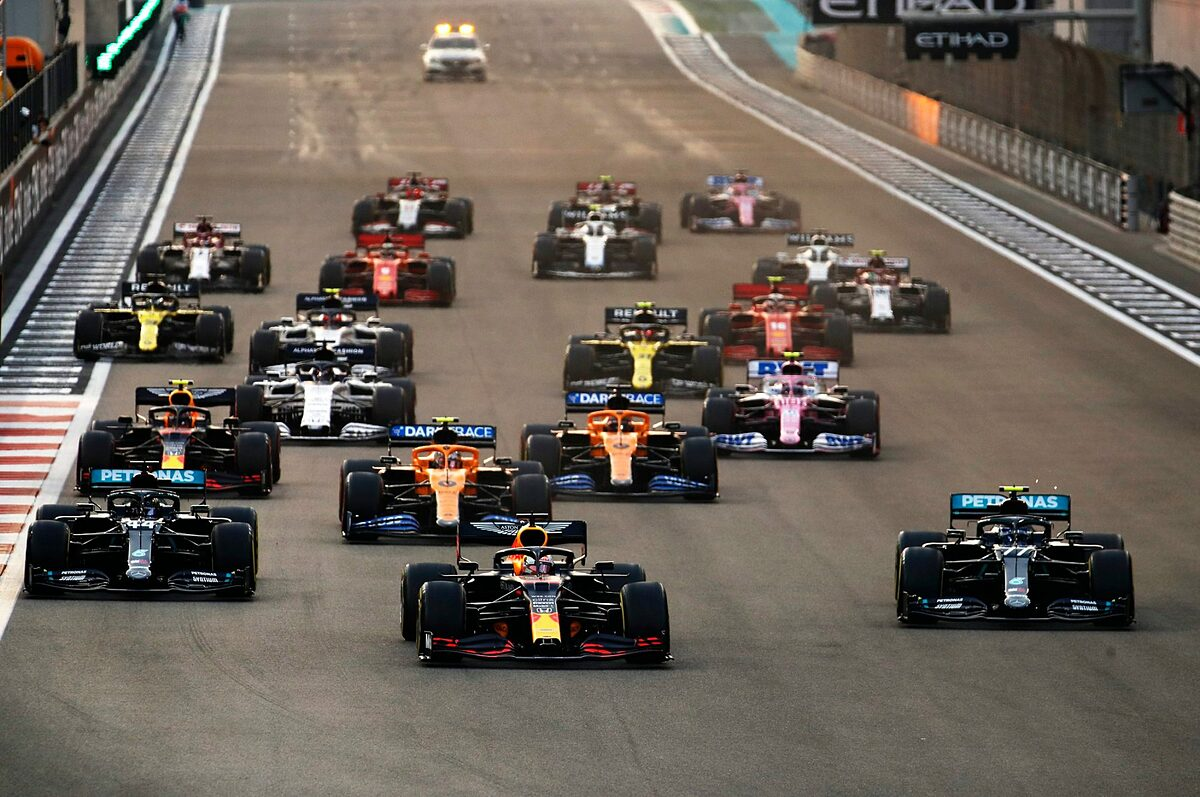 Verstappen maintained its lead from start to finish, while the efforts of Bottas (77 - right) and Hamilton (44 - left) were just above podium.  Photo: F1