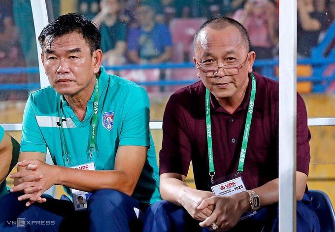 HLV Phan Thanh Hùng (trái) rời Quảng Ninh sau khi không được lãnh đạo cam kết đầu tư cho đội bóng. Ảnh: Đức Đồng