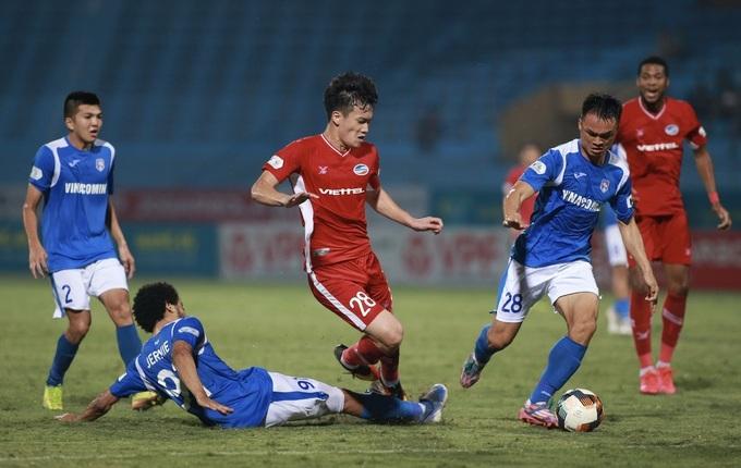 จากผลงานใน V-League มาหลายปี Quang Ninh (เสื้อเชิ้ตสีฟ้า) กำลังเผชิญกับวันที่มืดมนเมื่อสปอนเซอร์หันหลังให้  ภาพ: Nam Anh.