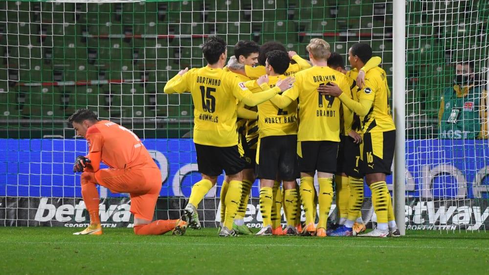 Cầu thủ Dortmund chia vui với Reus sau tình huống ấn định thắng lợi 2-1 ở phút 78. Ảnh: imago