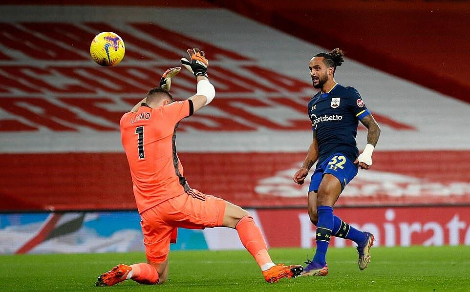 Walcott (phải) lốp bóng mở tỷ số cho Southampton. Ảnh: AFP.