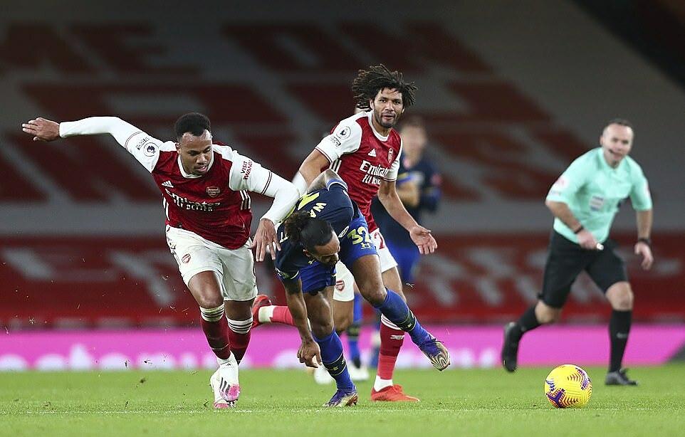 Gabriel (trái) nhận hai thẻ vàng trong vòng 4 phút. Ảnh: AP.