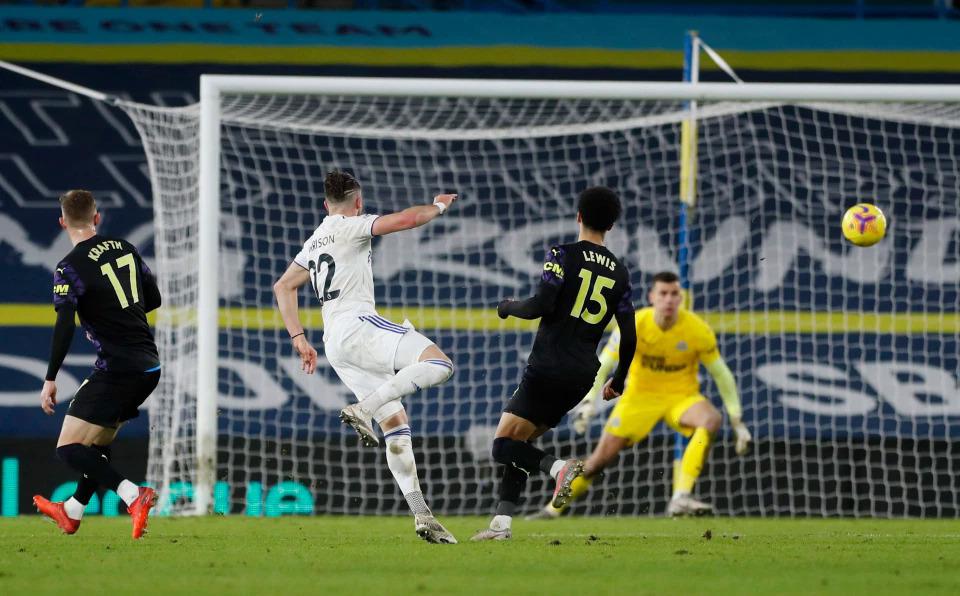 Harrison ấn định thắng lợi cho Leeds bằng cú nã đại bác tầm xa ở phút 88. Ảnh: Reuters