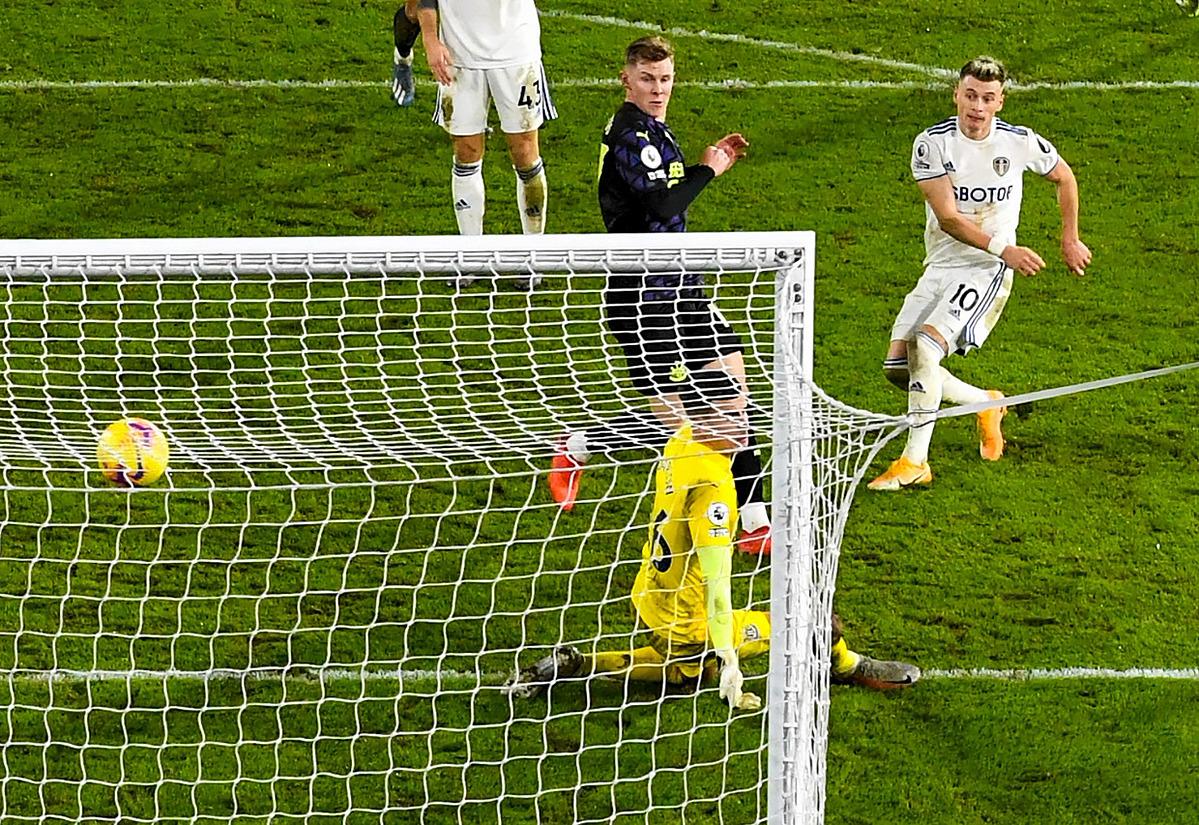 Alioski nâng tỷ số lên 4-2 cho Leeds ở phút 85. Ảnh: EPA
