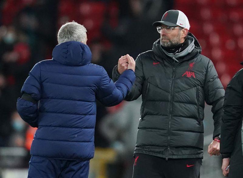 Klopp (phải) duy trì thành tích đối đầu ấn tượng trước Mourinho. Sau 12 trận, ông thắng sáu, hòa bốn và chỉ thua hai. Ảnh: Reuters.