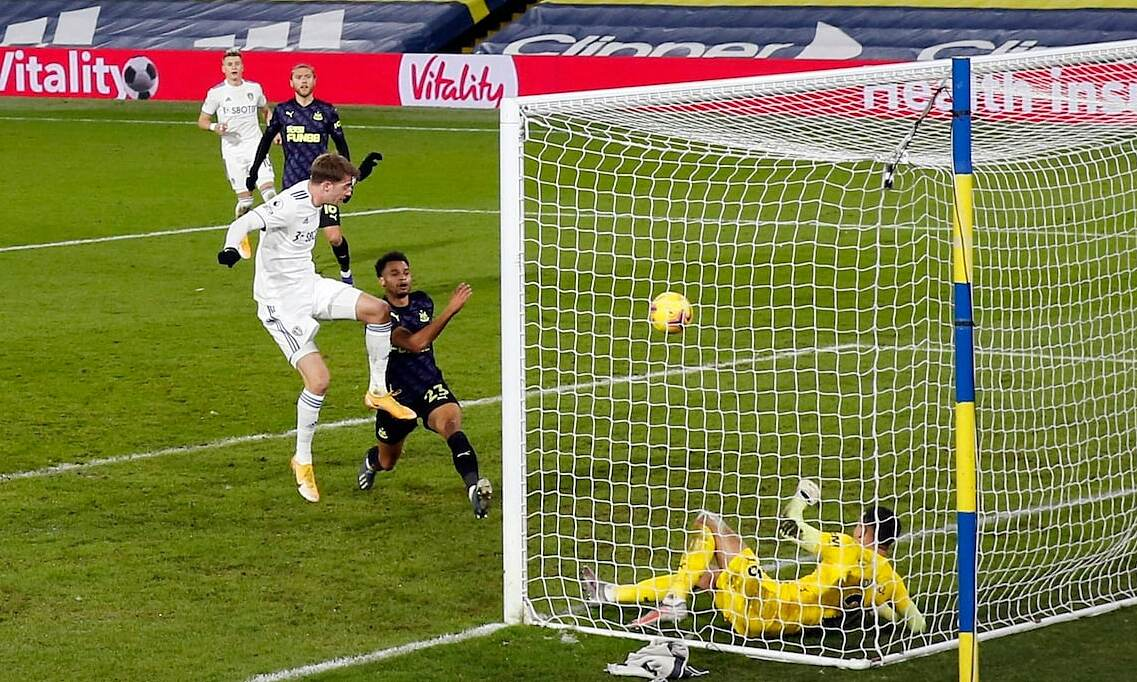 Bamford đánh đầu gỡ hoà 1-1, mở ra cơn mưa bàn thắng Leeds trút vào cầu môn Newcastle. Ảnh: Reuters