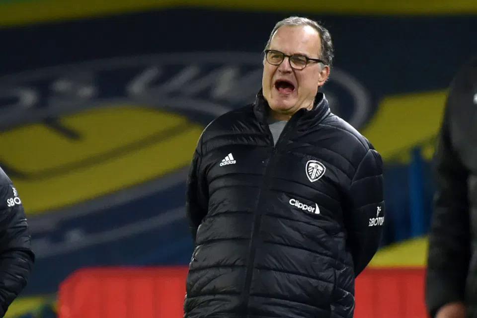 HLV Bielsa tỏ ý không hài lòng trước việc đội nhà để thủng lưới hai bàn. Ảnh: AFP