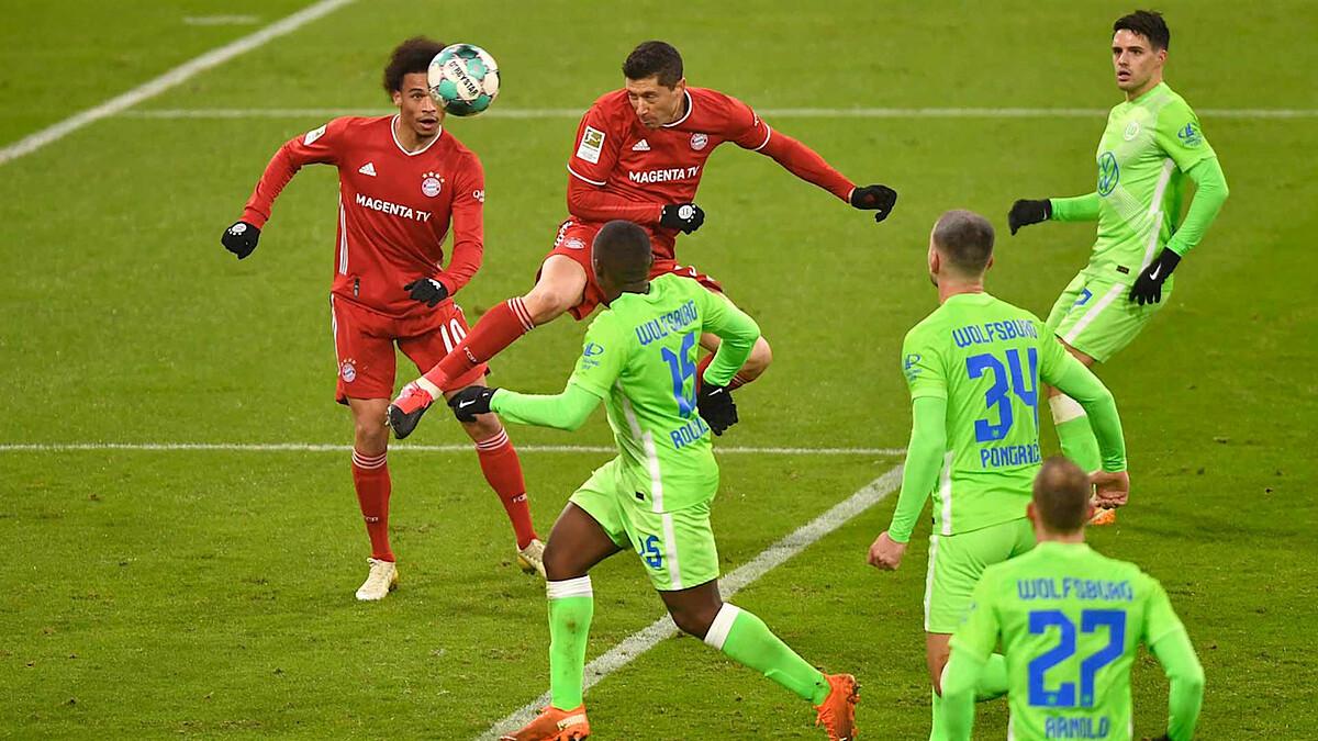 Lewandowski đánh đầu gỡ hòa cuối hiệp một. Ảnh: FCB.