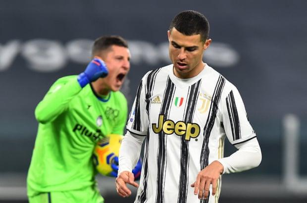 Gollini ngăn Ronaldo ghi bàn thứ năm liên tiếp từ chấm 11m trong ba trận. Ảnh: Reuters.