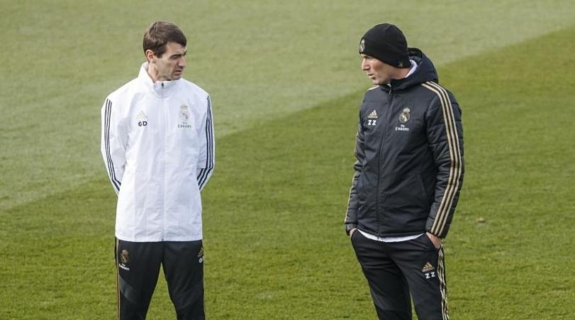 ดูปองท์ (ซ้าย) พูดคุยแผนการฝึกซ้อมกับซีดานในสนาม  ภาพ: Marca