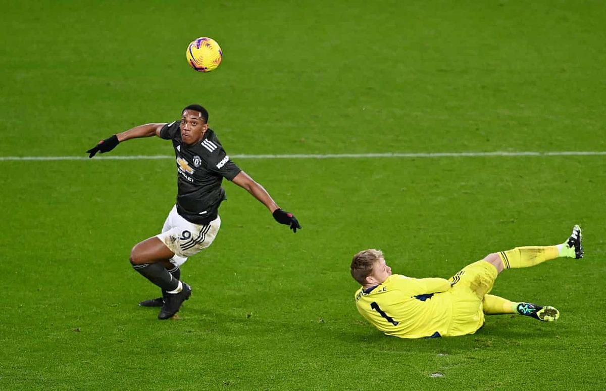 Martial vượt qua thủ môn Sheffield, đưa Man Utd vượt lên cuối hiệp một. Ảnh: Reuters.