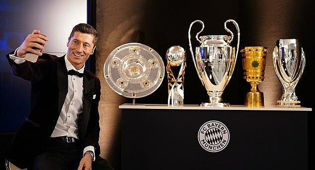 Giải thưởng The Best được Lewandowski đặt cạnh 3 danh hiệu tập thể giành được trong mùa 2019-2020. Ảnh: FC Bayern.