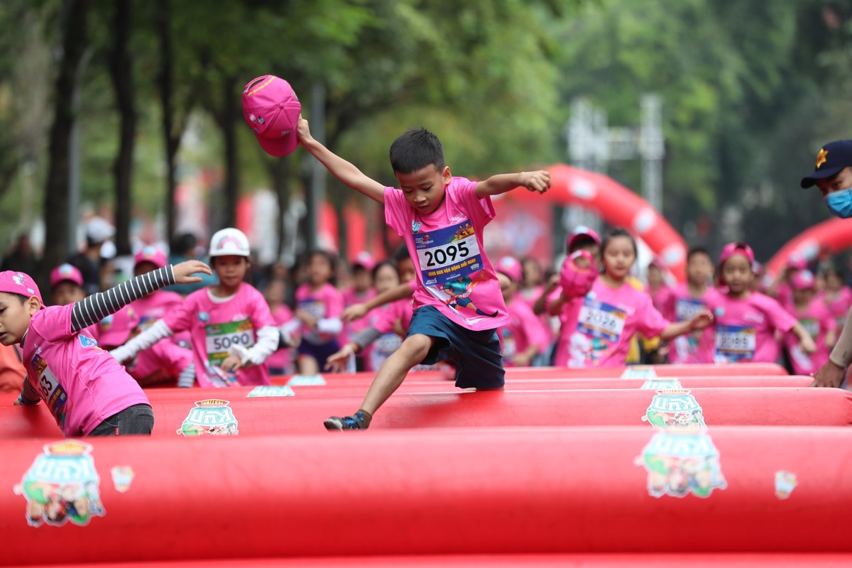 Previously, VnExpress Marathon Quy Nhon (July 26) and Marathon Hanoi 2020 (November 28) also organized a free run for child runners.  The event attracted a large number of participating families with many impressive moments.  Photo: Manh Quang.