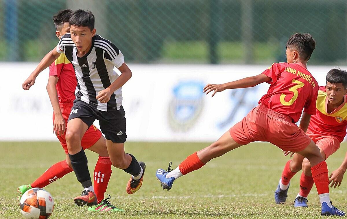 Juventus Academy (เสื้อเชิ้ตลายทาง) ชนะ Binh Phuoc 5-0 ในนัดเปิดสนาม  อา: พวงด้วง.