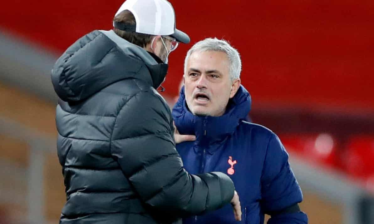 Mourinho (phải) đấu khẩu Klopp sau trận thua của Tottenham trước chủ nhà Liverpool tối 16/12. Ảnh: Reuters