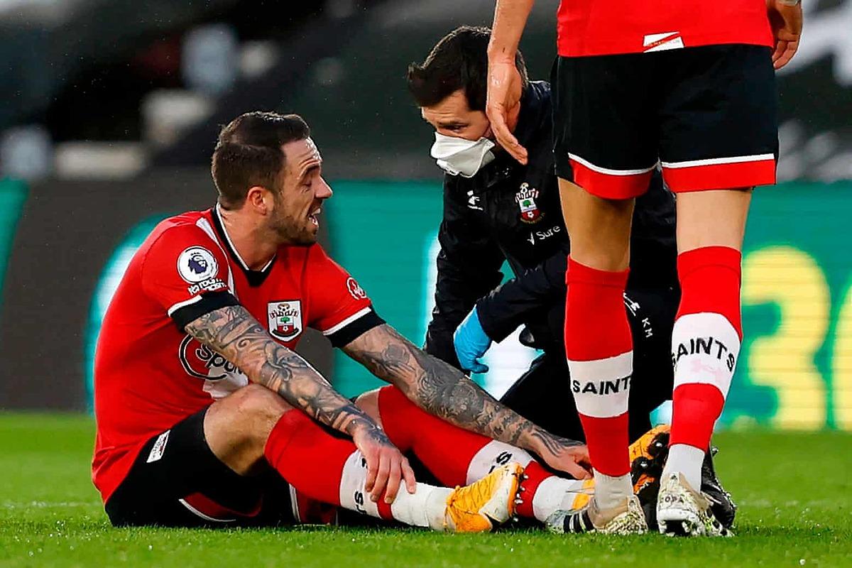 Danny Ings rời sân cuối hiệp một là tổn thất lớn với Southampton. Ảnh: AFP.