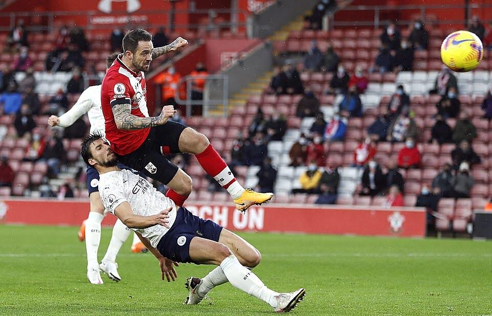 Tình huống Dias va chạm với Ings, khiến tiền đạo Southampton ngã trong cấm địa. Ảnh: Reuters.