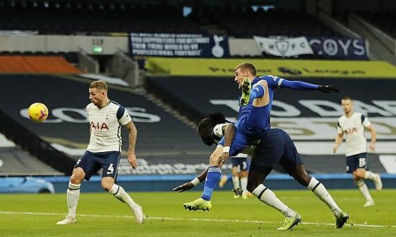 Tình huống Vardy đánh đầu khiến Alderweireld (trái) phản lưới. Ảnh: Reuters