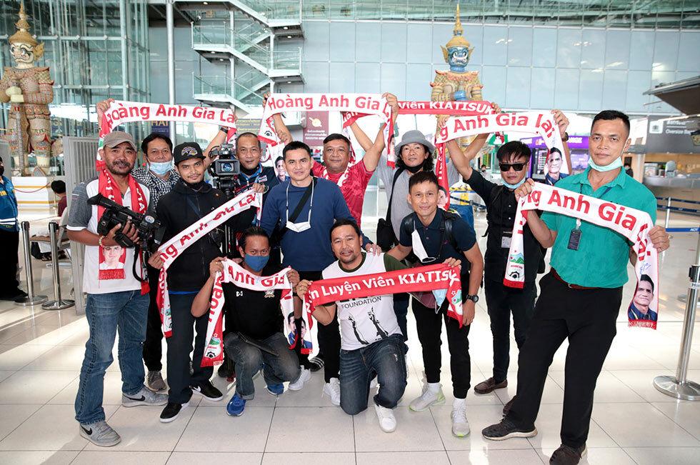 เพื่อนและสื่อมวลชนเห็นเกียรติศักดิ์เดินทางไปเวียดนามในฐานะโค้ช HAGL ที่สนามบินสุวรรณภูมิเมื่อวันที่ 17 ธันวาคม  ภาพ: Siamsport