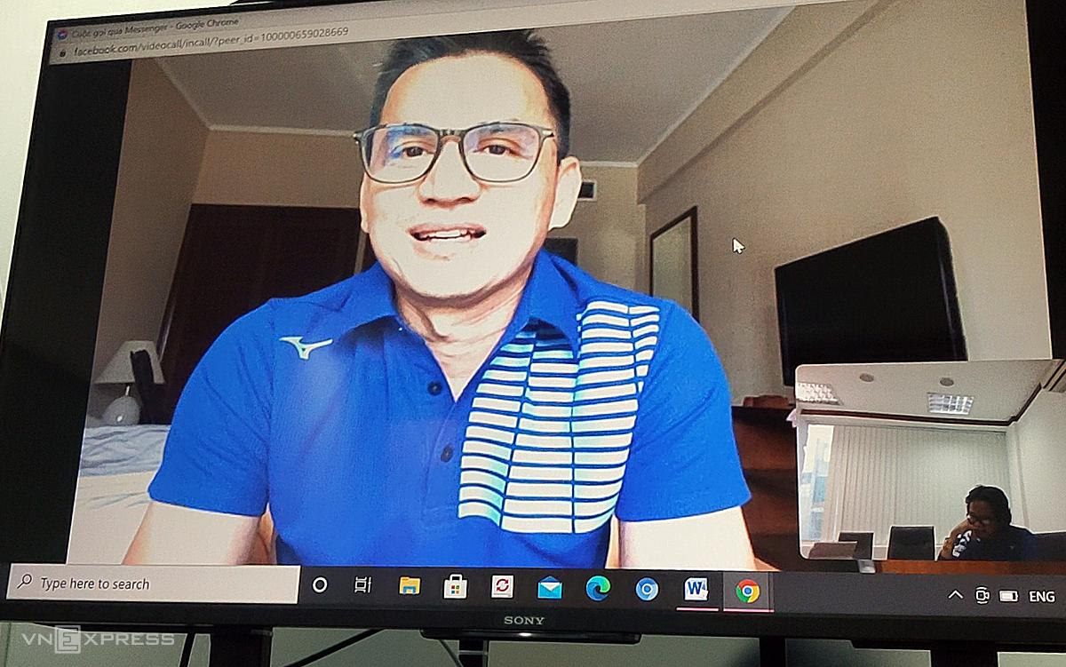 โค้ชเกียรติศักดิ์ตอบบทสัมภาษณ์ออนไลน์กับ VnExpress จากห้องแยกเมื่อบ่ายวันที่ 22 ธันวาคม  ภาพ: Anh Thang.