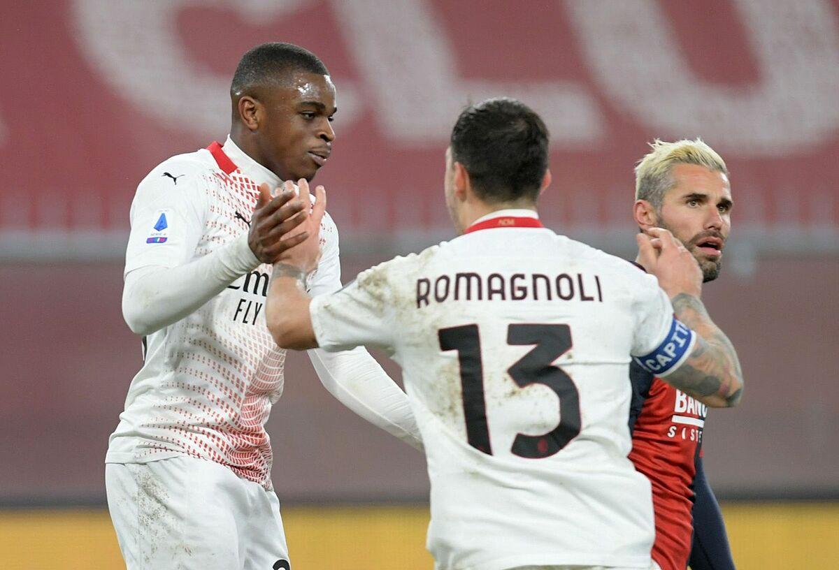 Nhờ các cầu thủ trẻ tỏa sáng đều đặn, Milan không gặp khủng hoảng về kết quả khi các trụ cột vắng mặt. Trong ảnh, trung vệ 20 tuổi Kalulu đá thay Kjaer chia vui với Romagnoli khi gỡ hòa cho Milan trước Genoa hôm 16/12. Ảnh: Reuters