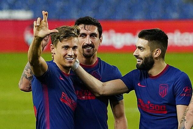 Llorente (trái) ấn định tỷ số 2-0 cho Atletico. Ảnh: Reuters.