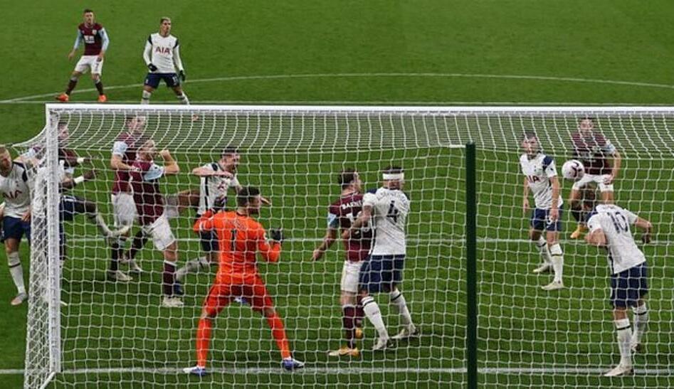 Kane เสียบอลโดยเสี่ยงต่อการโหม่งของ James Tarkowski บนเส้นช่วยให้ท็อตแนมชนะ Burnley 1-0 ในเดือนตุลาคมในการแข่งขันเดียวกัน Kane ยังช่วย Son Heung-min