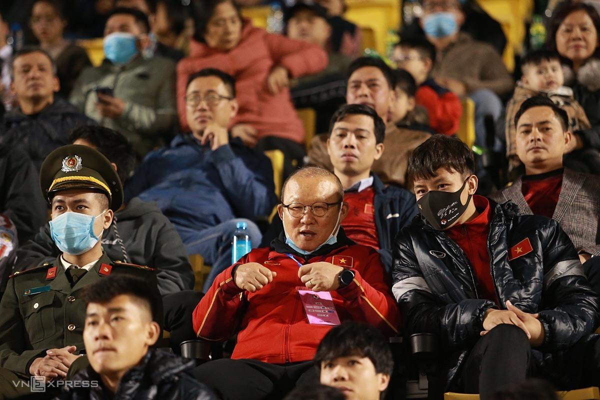 Coach Park Hang-seo นั่งอยู่บนอัฒจันทร์ของสนามกีฬา Cam Pha (Quang Ninh) ดูทีมเวียดนามสองทีมเล่น  ภาพ: ลำทอ.