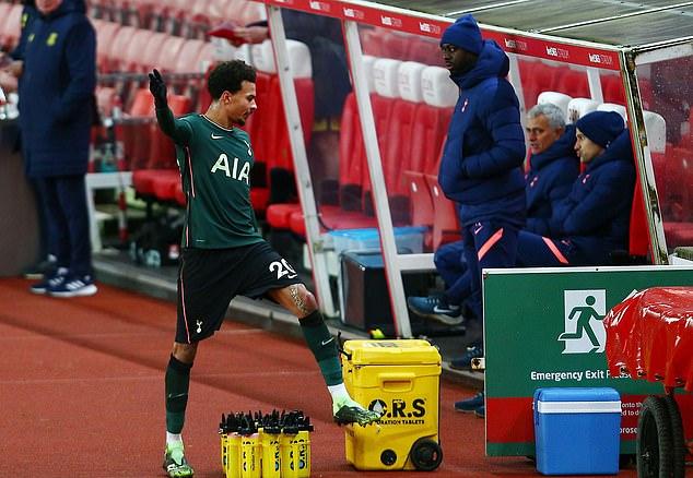 Alli nổi nóng đá thùng nước sau khi bị Mourinho rút khỏi sân gần cuối hiệp một. Ảnh: REX