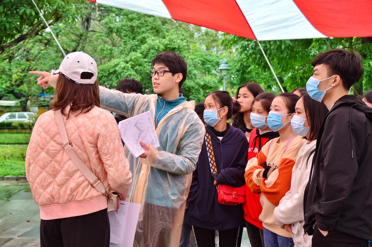 Mr. Nguyen Duc Thai (raincoat person) - member of the volunteer training team Kun Marathon Hue 2020 is training the necessary skills for volunteers.  Photo: Tran Oi.