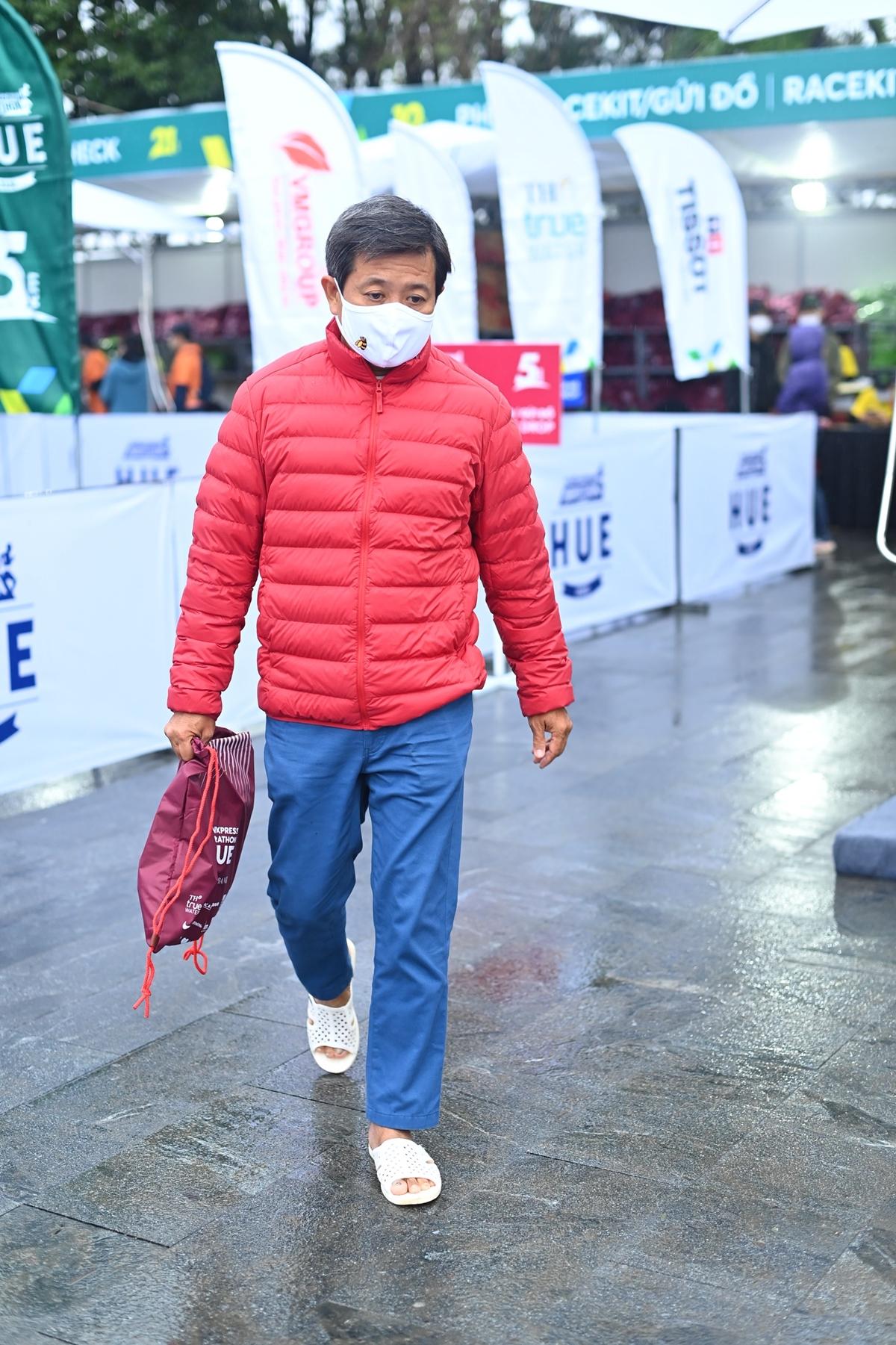 Mr. Doan Ngoc Hai continues to run 42 km at Hue VnExpress Marathon