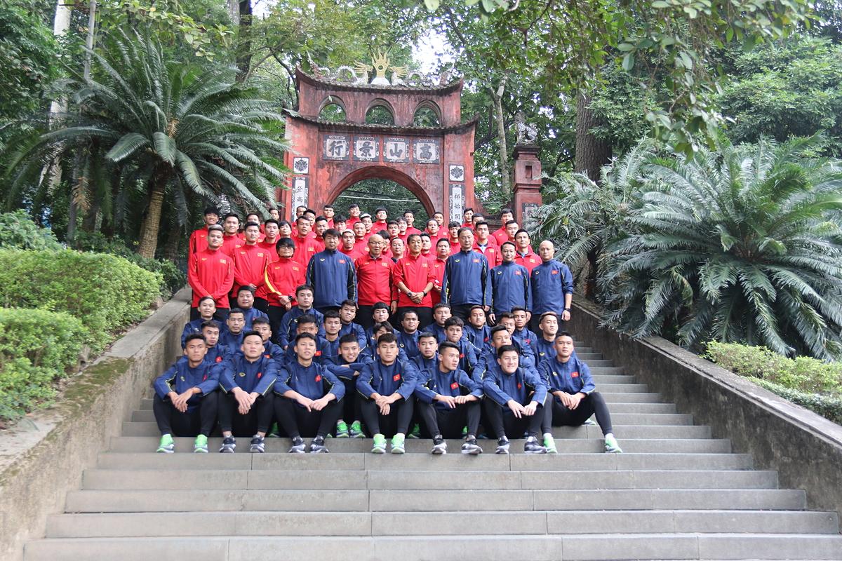 Hai đội tuyển chụp ảnh cùng ban huấn luyện ở đền Hùng.