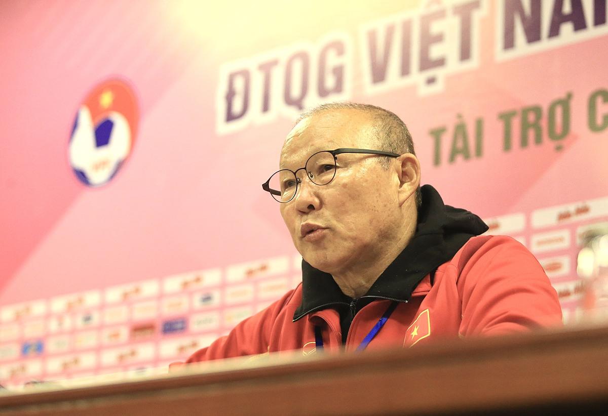HLV PArk Hang-seo trả lời các câu hỏi của phóng viên trong cuộc họp báo sau trận đấu giữa U22 Việt Nam và đội tuyển Việt Nam tối 27/12. Ảnh: Minh Minh.