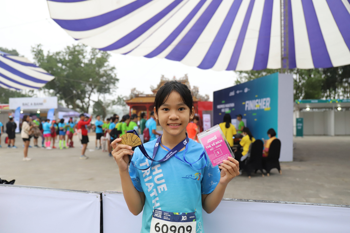 Kim Cuong showed off her medal after completing a 10 km run.  Photo: Vo Thanh.