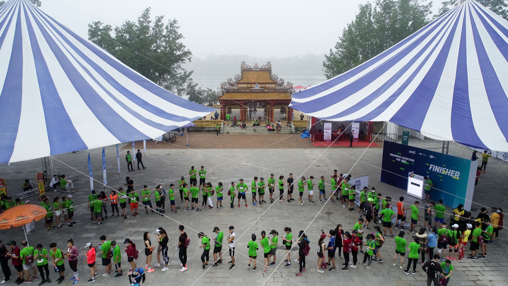 Long lines of athletes lined up waiting to take their pictures.  Photo: Tran Quang.