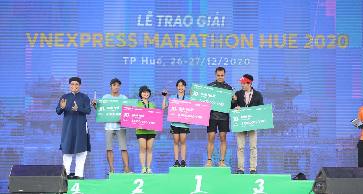 Diamond (3rd from right) received the award.  Photo: VnExpress Marathon.
