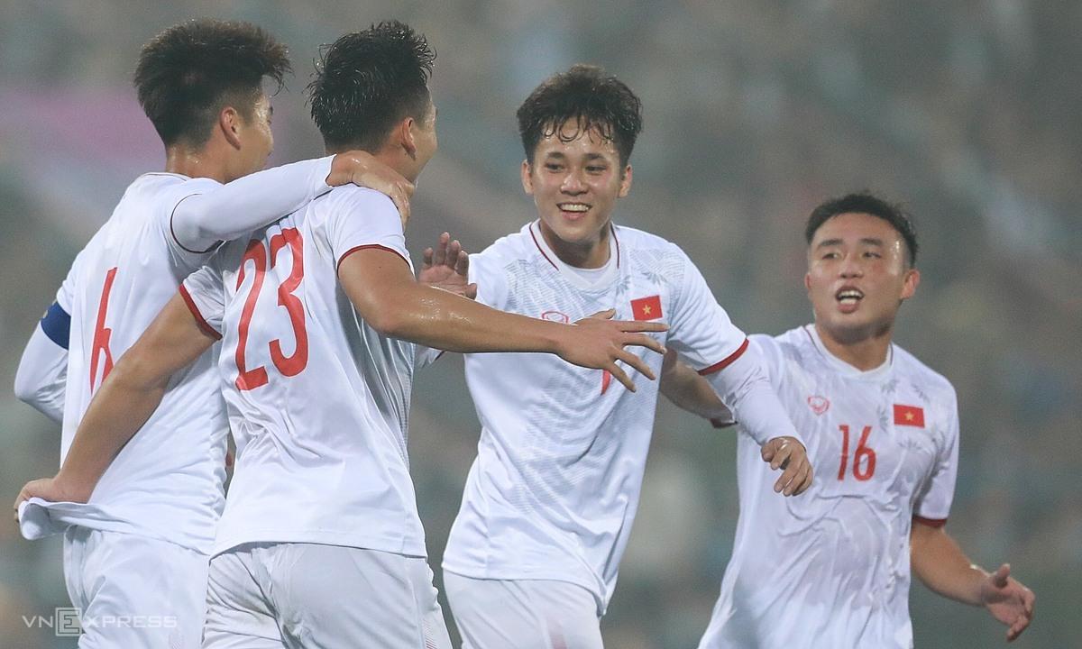 Niềm vui của U22 Việt Nam khi chọc thủng lưới đàn anh. Ảnh: Minh Minh