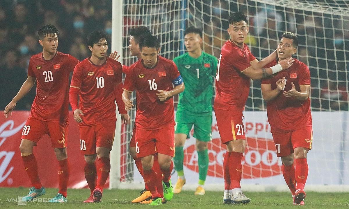 Văn Thanh (phải) động viên đồng đội sau bàn gỡ hòa 1-1. Ảnh: Minh Minh