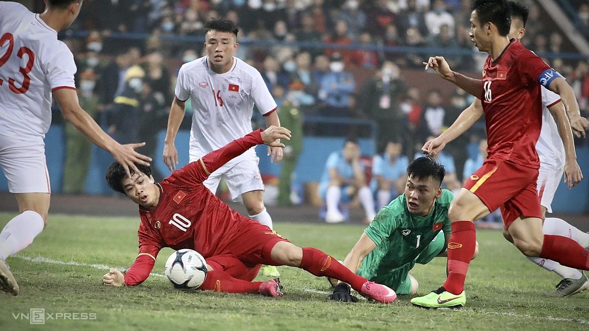 Công Phượng (số 10) nỗ lực dứt điểm trước cấm địa của U22, trong trận giao hữu trên sân Việt Trì (Phú Thọ) tối 27/12. Ảnh: Kim Hòa.